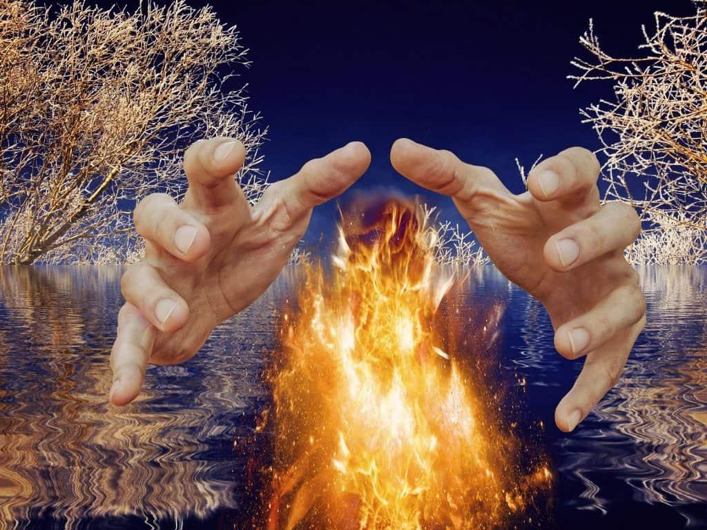Eine Hand beschützt ein Feuer